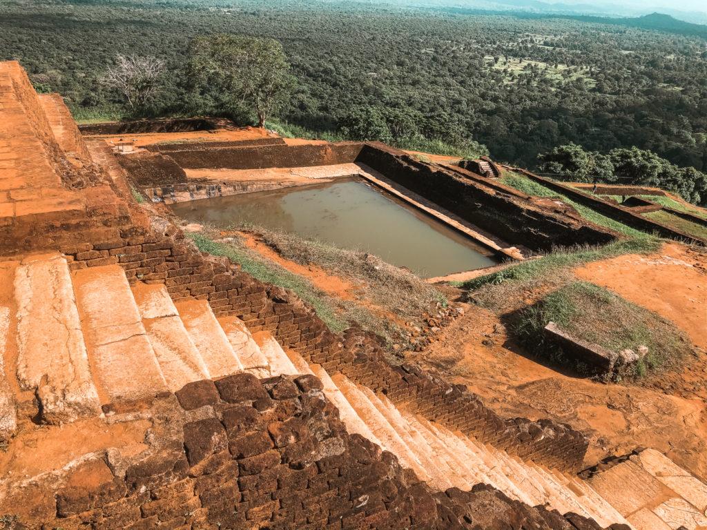 ruiny pałacu na lion rock