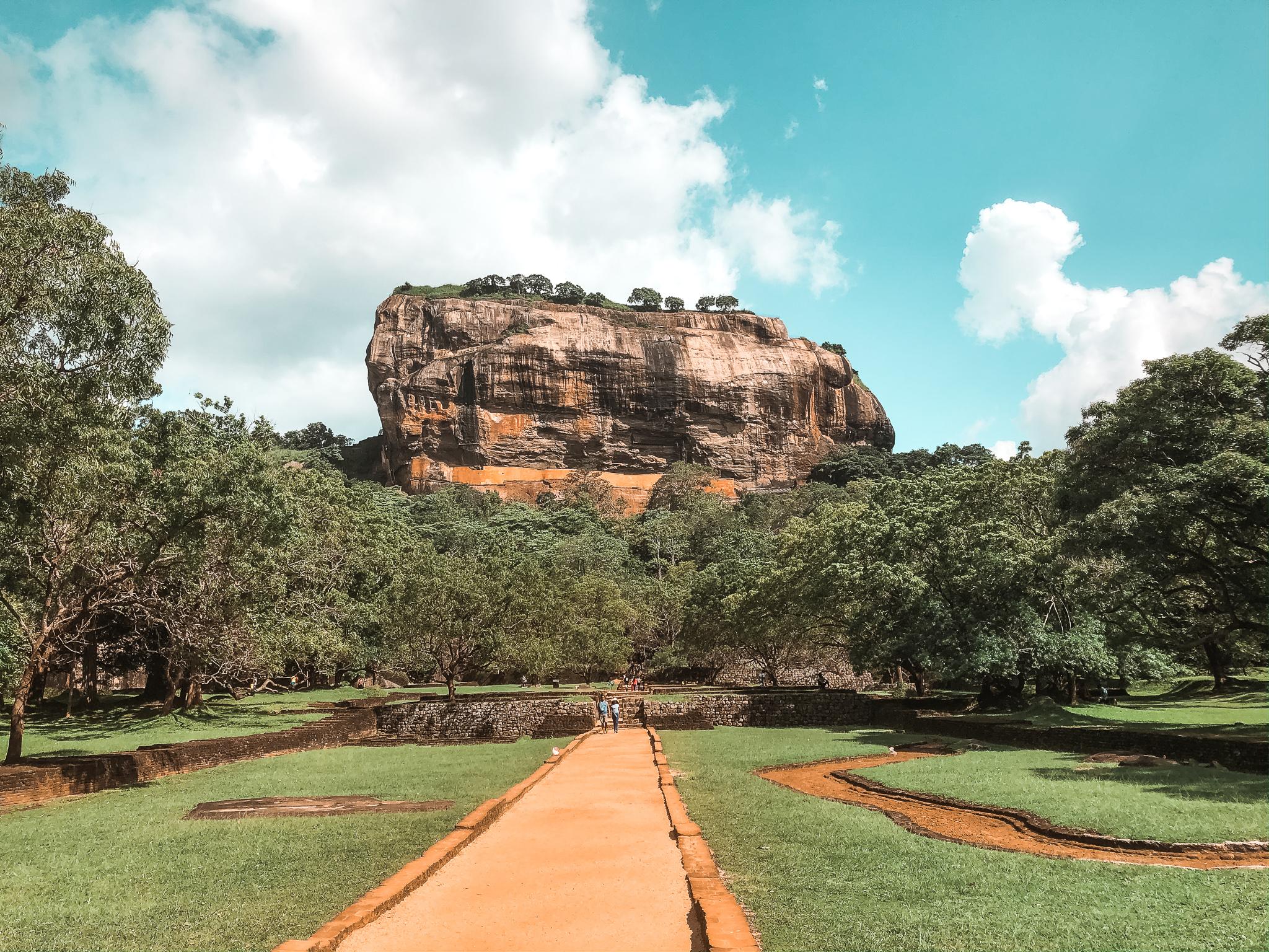 Skała na której znajdują się ruiny pałacu Sigiriya