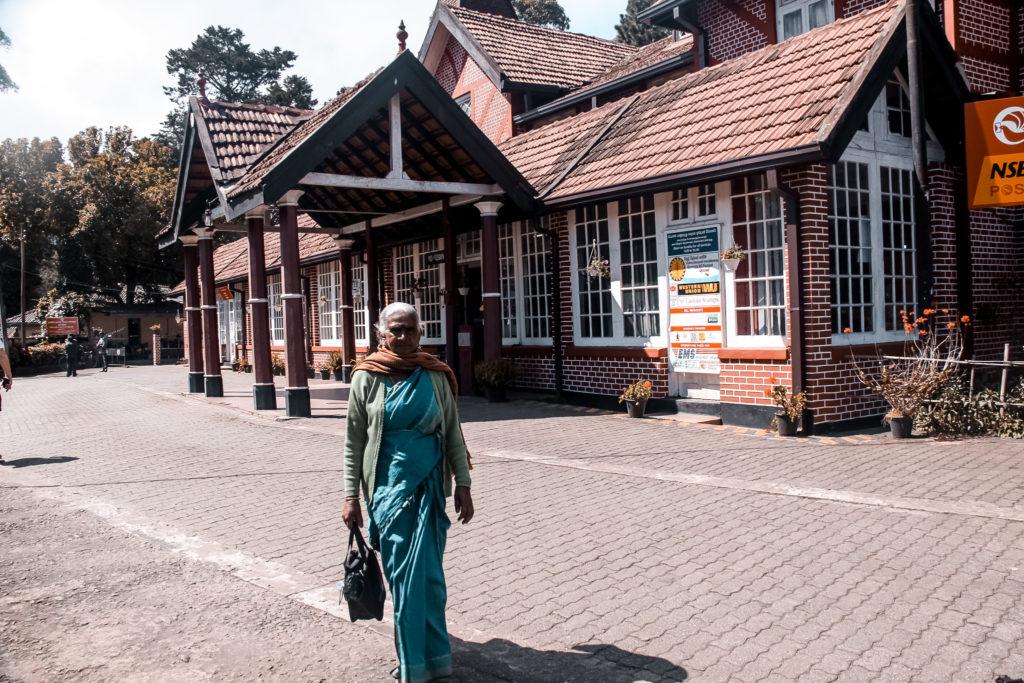lankijka wychodząca z poczty w Nuwara Eliya