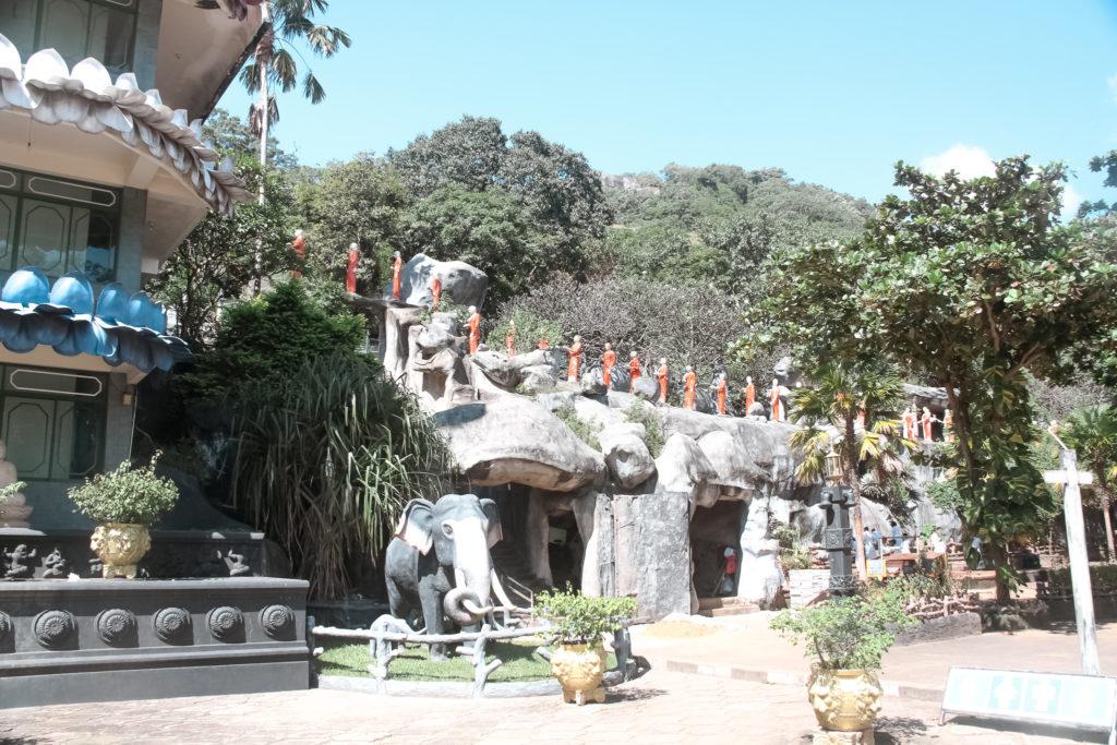 posągi mnichów przy świątyni