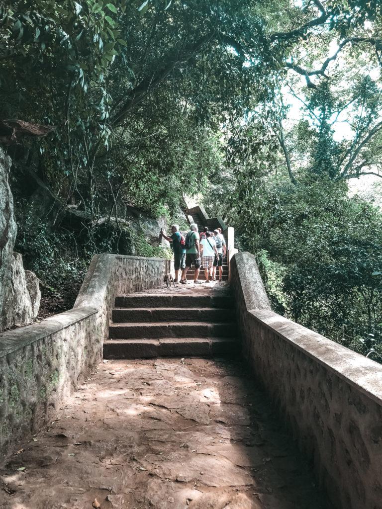schody prowadzące do jaskini
