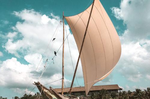 Piękny statek z masztem na plazy w Negombo