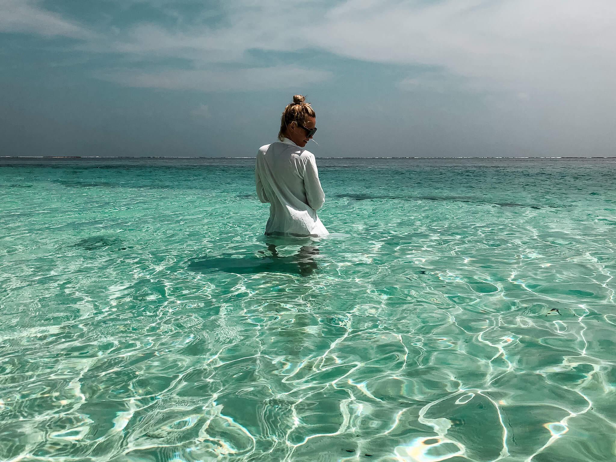 dziewczyna kąpiąca się w oceanie