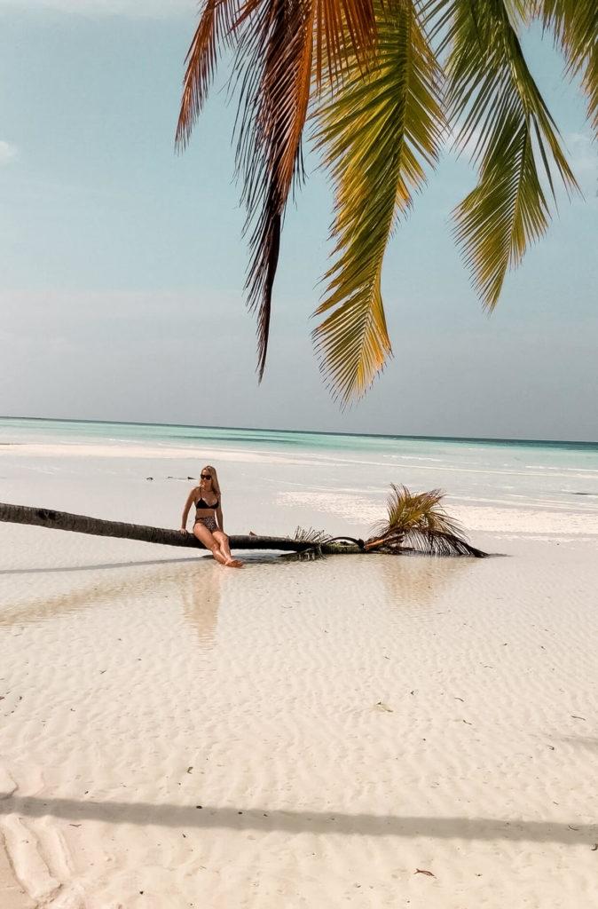 spacer po plaży na Malediwach