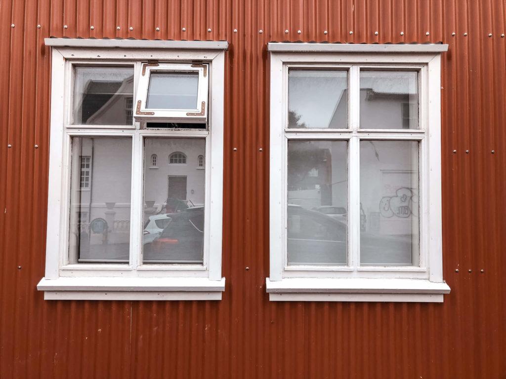 okna w czerwonym domku