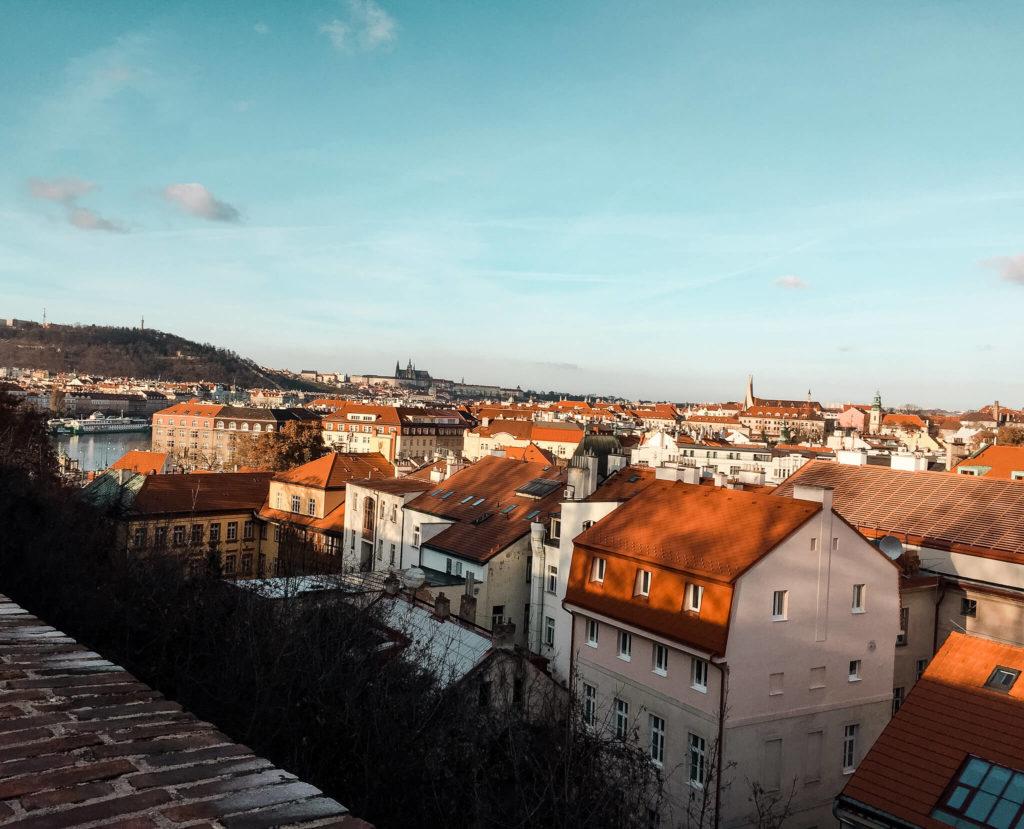 czerwone dachy w Pradze