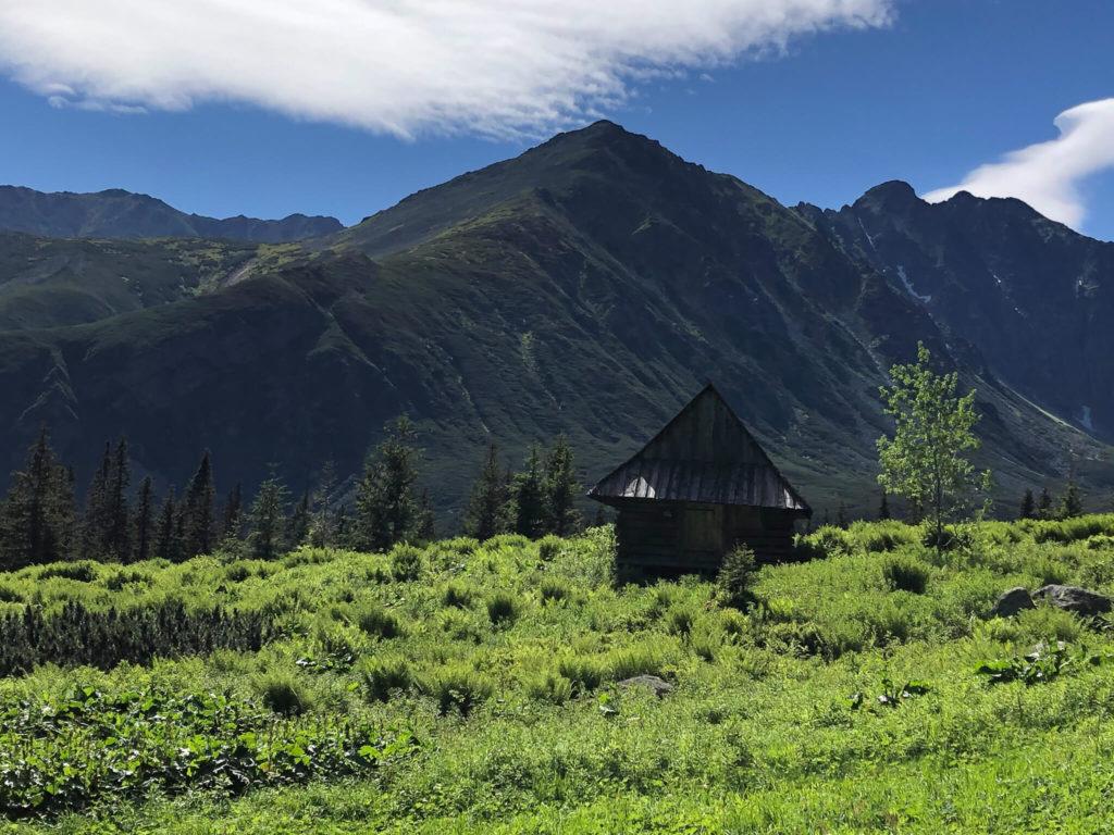 chata na tle małego kościelca