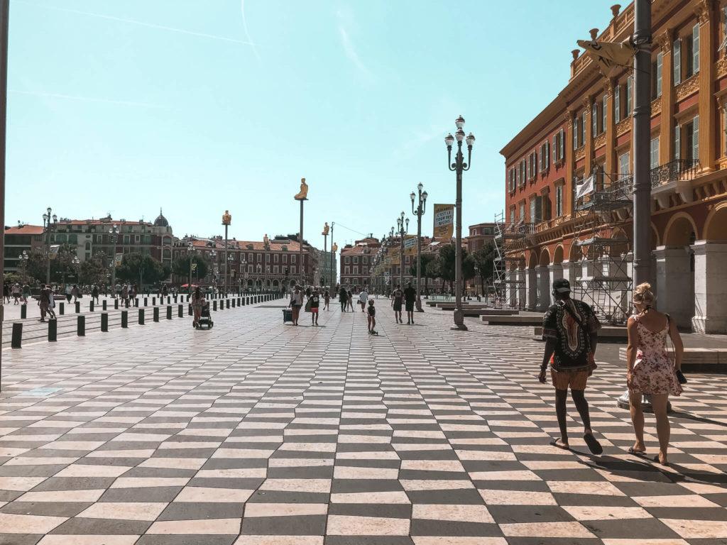 Rozmowy w Nicei - instalacja na Placu Massena